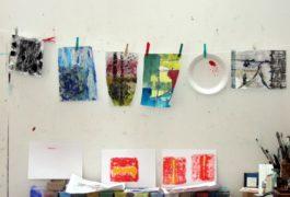 Qualifizierte Künstlerinnen begleiten die Kinder durch die Woche, unterstützen und fördern sie